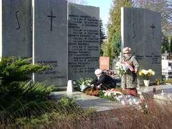 Kwiaty na grobie Seweryna Pieniężnego